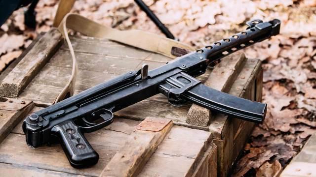 Deko Maschinenpistole MP auf Munitionskiste