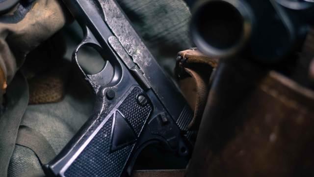 Deko Pistole mit Ausrüstung