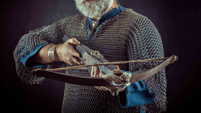 Deko Mittelalter Armbrust in der Hand eines Schützen