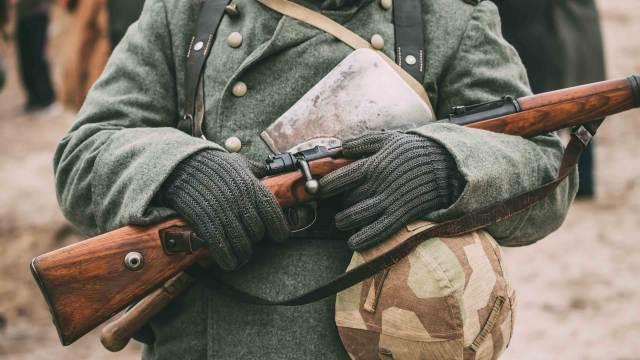 Deko Karabiner und deutscher Soldat
