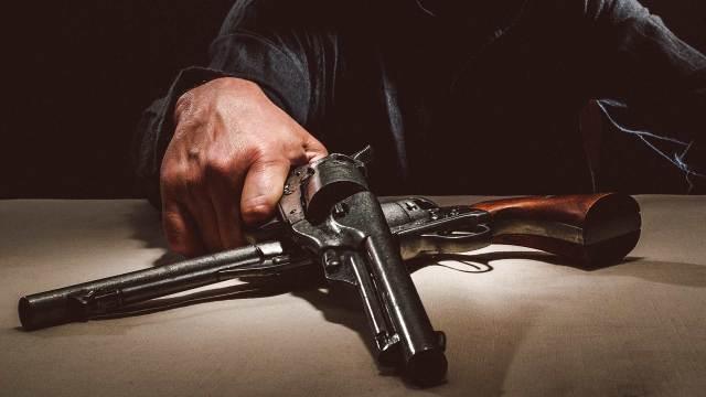 Deko Colts und Deko Revolver auf Tisch