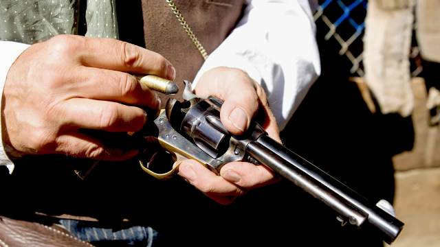 Deko Single Action Revolver Hinterlader in der Hand eines Cowboys