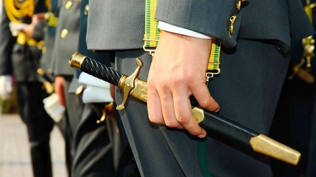 Ehrendolch in der Hand eines Soldats