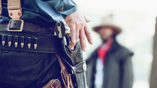 Westernholster Revolvergürtel an einem Cowboy
